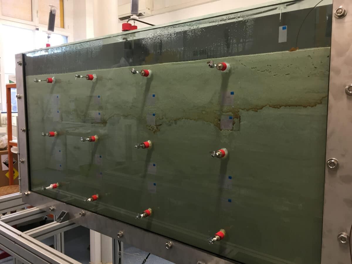 Aquifère de laboratoire (1500×700×50 mm) pour l'étude du transport réactif de micropolluants dans les eaux souterraines. Les échantillons peuvent être prélevés le long du système par des valves d'échantillonnage. Crédit : ITES (UMR7063)